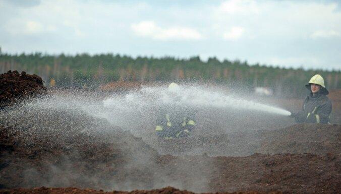 Предприятие: пожар на торфяном болоте в Кулдигском крае могла спровоцировать искра