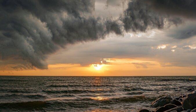 Iespaidīgi kadri: Mākoņu rullis pirms negaisa veļas pār Vidzemes jūrmalu