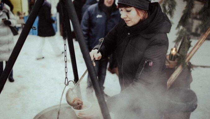 Foto: Valmiermuižā jestri aizvadīta Ziemas saulgriežu ieskandināšana