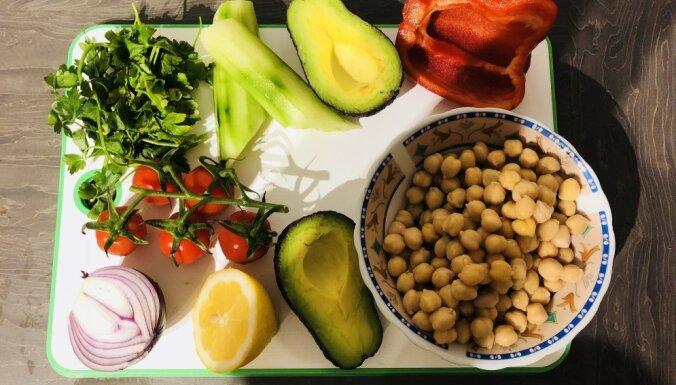 Салат из нута с авокадо и сочными овощами