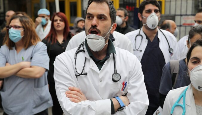Grieķijas mediķi protestē pret darba apstākļiem pandēmijas laikā