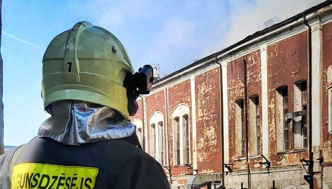 При тушении пожара на Ганибу дамбис пострадал пожарный