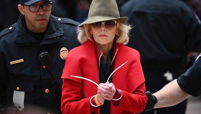 ASV klimata protestos atkal aizturēta Džeina Fonda