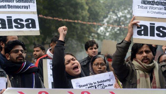 """Индия: """"Войско Шивы"""" раздает женщинам ножи и обучает их самообороне"""