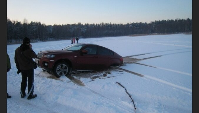 Fotoreportāža: Božu ūdenskrātuves ledū ielūzt divi 'BMW'