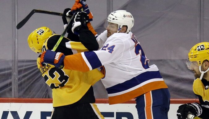 Bļugers un 'Penguins' izlīdzina rezultātu sērijā pret 'Islanders'
