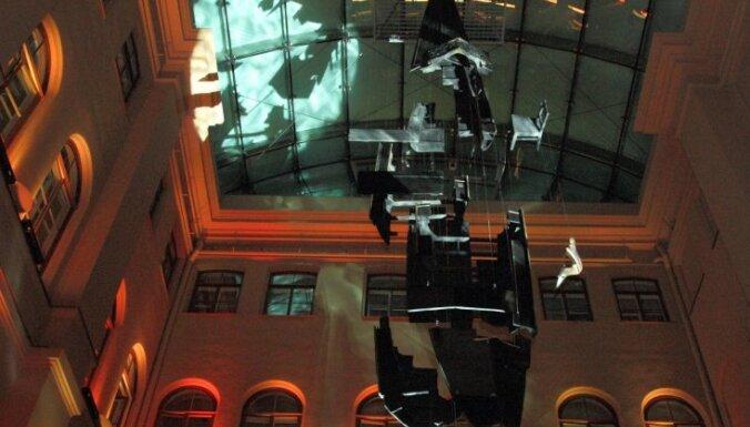 'Rīgas biržā' atklāta unikāla instalācija 'Gondola'