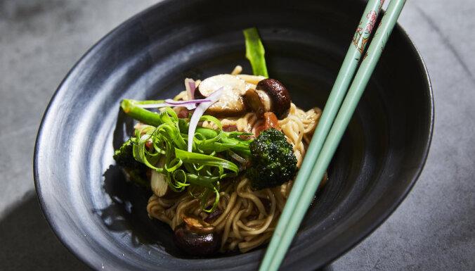 Veģetārais olu nūdeļu voks ar šampinjoniem un brokoli