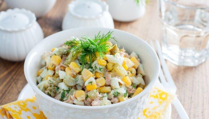 Fiksie tunča un olu salāti ar kukurūzu