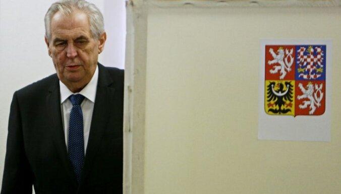 Par Čehijas prezidentu atkārtoti ievēlē eiroskeptiķi Zemanu