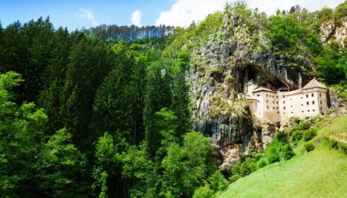 Predjamas pils Slovēnijā, zem kuras atrodas iespaidīga alu sistēma