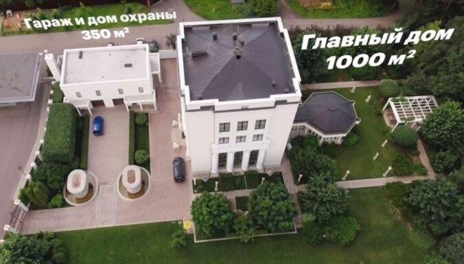 'Kroplīga' māja un villa Itālijā: Navaļnijs pēta Kremļa propagandista īpašumus