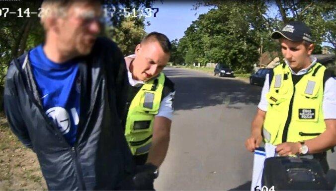 Bolderājā aiztur vīrieti, kurš sadūris agresīvam kungam kāju