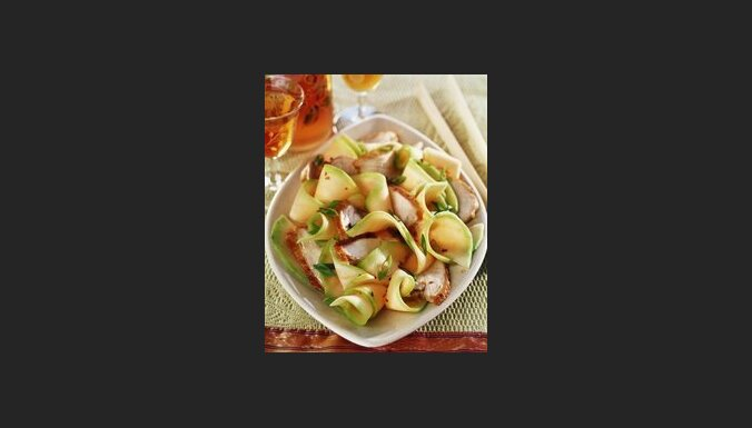 Салат с куриной грудкой и дыней