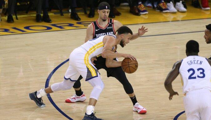 Karijs ar deviņiem tālmetieniem sekmē 'Warriors' uzvaru NBA pusfināla pirmajā mačā