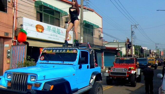 Taivānas politiķa bērēs uzstājas 50 stieņa dejotājas