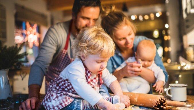 Ziemassvētki pirms un pēc bērniem – kad mierpilno gatavošanos nomaina steiga