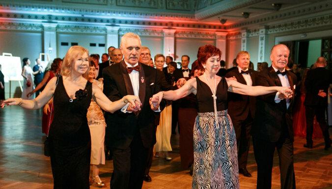 Foto: Rīgā aizvadīta glauna valsts svētku labdarības balle