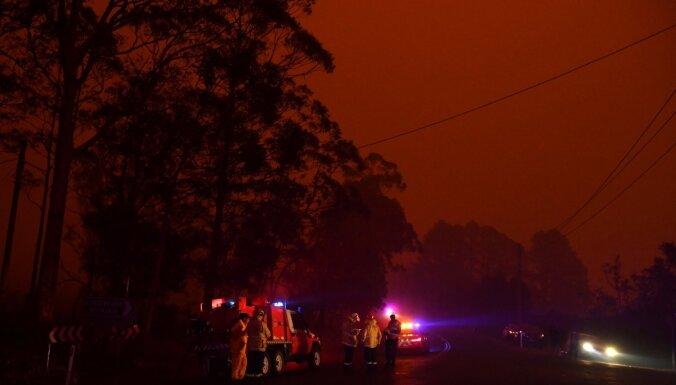 Austrāliju plosa 'apokaliptiski' savvaļas ugunsgrēki; krīt karstuma rekordi