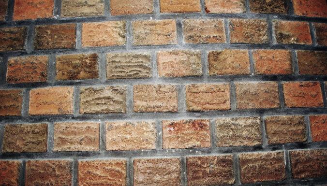 Rīgā kādai mājai ar atklātu liesmu deg fasādes siena