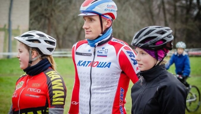 Foto: Pizika kauss noslēdzas ar Latvijas labāko riteņbraucēju un bērnu kopīgo stafeti