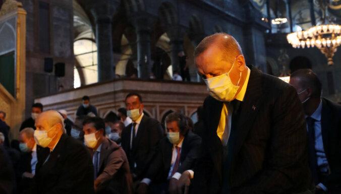 Турция на три дня ввела полный локдаун из-за резкого роста числа зараженных Covid-19