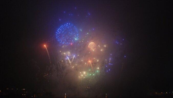Cilvēki visā pasaulē pošas 2011.gada sagaidīšanai
