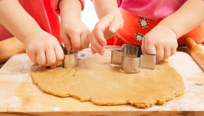 Jautājums un atbilde: kā iedrošināt pusotrgadnieku spēlēties patstāvīgi
