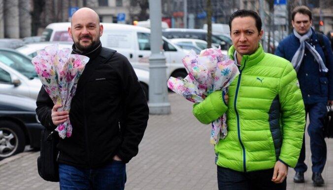 Foto: Vīrieši ar ziediem jeb 8. marts Rīgā