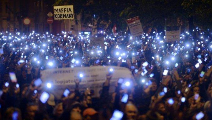 Тысячи венгров протестуют против налога на интернет