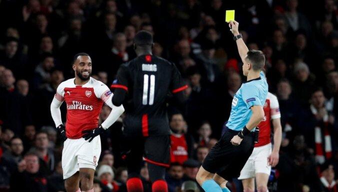 Treimanis parāda astoņas dzeltenās kartītes; 'Arsenal' izglābjas un soļo tālāk