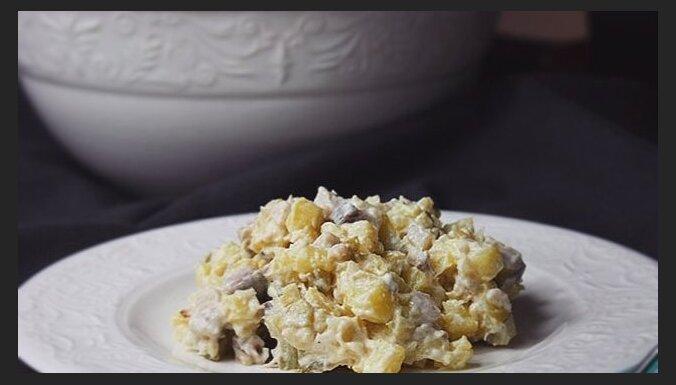 Kartupeļu salāti ar siļķi un marinētiem gurķiem