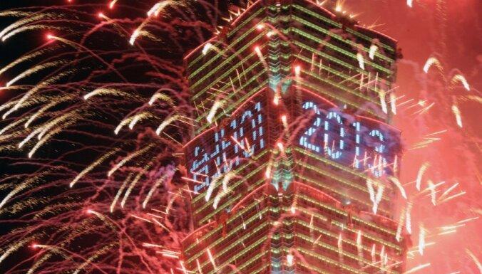 Fotoreportāža: 2013.gads daudzviet sagaidīts ar vērienu