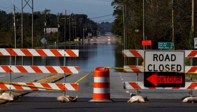 Plūdos ASV noslīcis policijas busiņš; bojā gājuši divi cilvēki ar garīgās veselības traucējumiem
