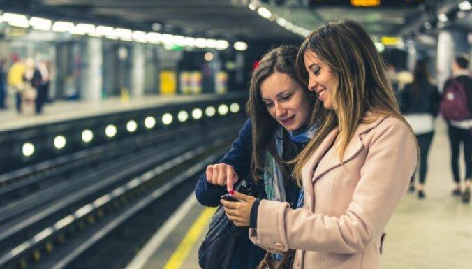Desmitiem noderīgu aplikāciju, kas ceļotājiem palīdzēs ik uz soļa