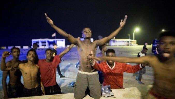 Vairāk nekā 200 migrantu no Marokas ielaužas Spānijas anklāvā Meliljā