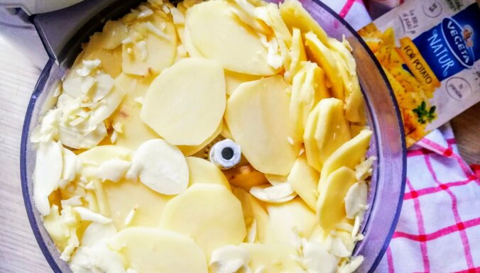 Ātrais kartupeļu sacepums krēmīgā kokosriekstu piena mērcē