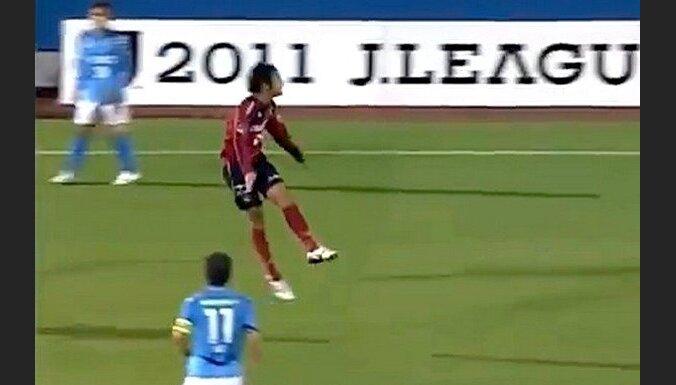 Futbolists no 58 m gūst vārtus ar galvu