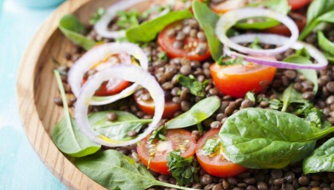 Lēcu salāti ar spinātiem, tomātiem un baltvīna etiķa mērci