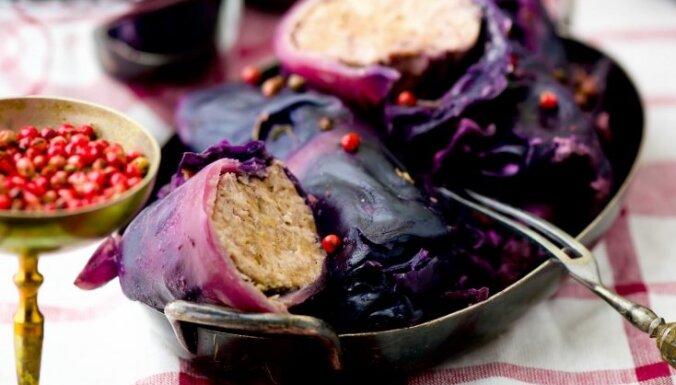 Sarkano kāpostu tīteņi ar malto gaļu un burkāniem