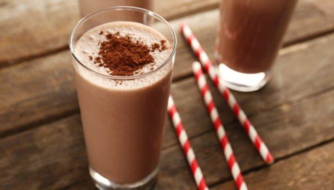 Piena un saldējuma kokteilis ar šokolādes sīrupu