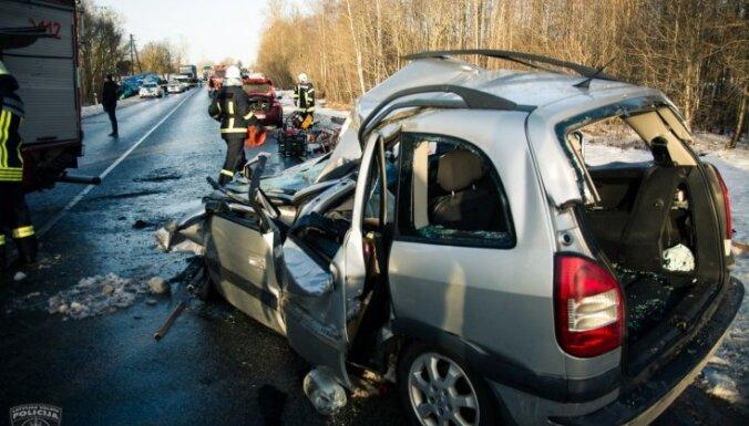 Vāc parakstus, lai ar kamerām aprīkoti auto uz ceļiem fiksētu pārkāpumus