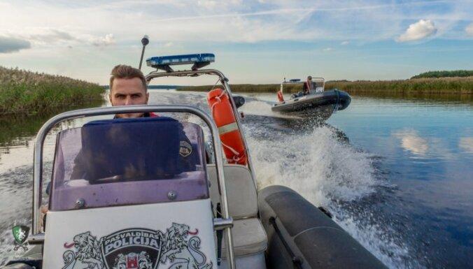 Foto: Kā pa rudenīgi saltiem ūdeņiem slīd policijas jaunā maluzvejnieku apkarošanas laiva