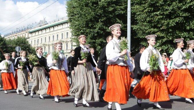 Фоторепортаж: тысячи участников Праздника песни и танца прошли по улицам Риги