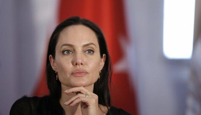 ФОТО: Анджелина Джоли снова снялась топлесс для обложки модного журнала
