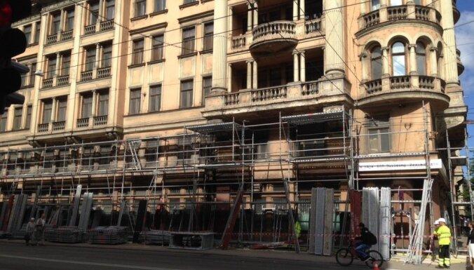 Sākti Stūra mājas remontdarbi, atjaunos vēsturisko fasādes krāsojumu
