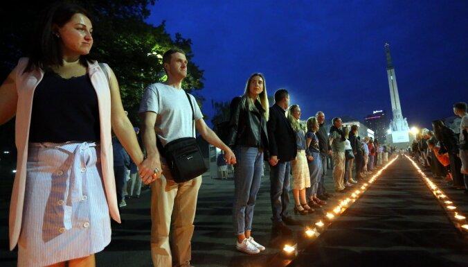 """ФОТО: Новая живая цепь. У памятника Свободы в Риге отметили годовщину """"Балтийского пути"""""""