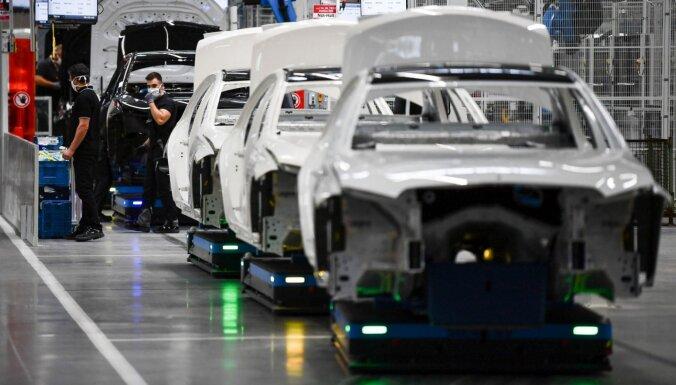 'Mercedes' rūpnīcā Spānijā bijušais darbinieks ar ekskavatoru sadauzījis 50 jaunus auto