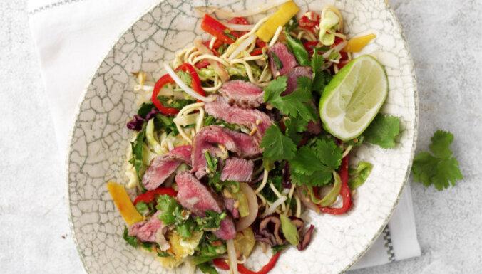 Vokpannā apcepts liellopa steiks ar olu nūdelēm un dārzeņiem