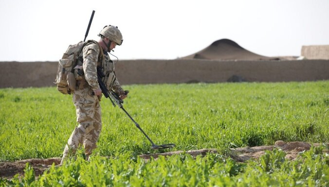 epa02032934 An undated handout picture released by the British Ministry of Defence on 14 February 2010 shows A soldier from Fire Support Company 1 Royal Welsh carries ou counter IED drills during a patrol on OP Moshtarak in the Nad e Ali area of Helmand P